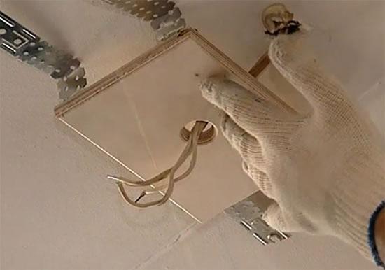 Как повесить люстру на потолок - особенности крепления для навесных и подвесных потолков