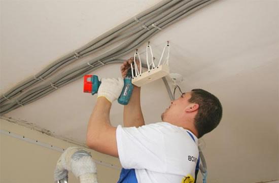 Установка люстры на натяжной потолок, как правильно сделать монтаж