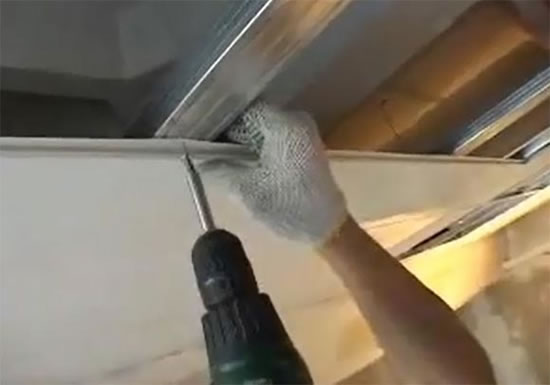 montazh-plastikovih-paneley-na-potolok-video